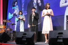 左からエンディングテーマを担当するmajiko、青田嵐役の福山潤、末黒野花役の日笠陽子。