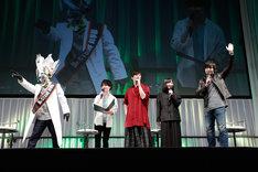 TVアニメ「Dr.STONE」のステージイベントの様子。左からメカ千空、小林裕介、古川慎、市ノ瀬加那、中村悠一。