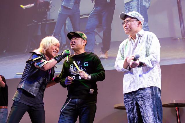 「キン肉マン Go Fight!」のコールアンドレスポンス部分を歌う串田アキラとゆでたまご。
