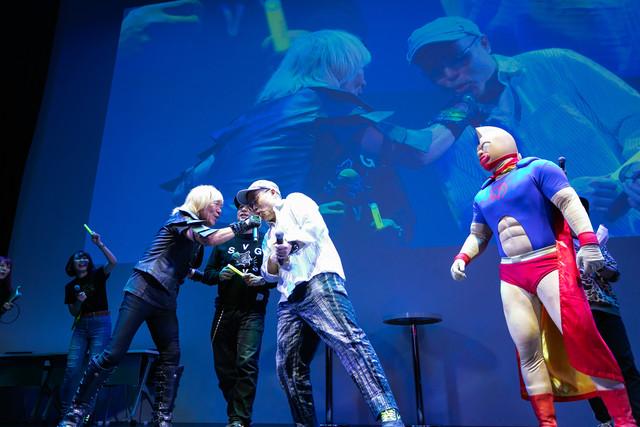 「「キン肉マン Go Fight!」のコールアンドレスポンス部分を歌う串田アキラとゆでたまご。