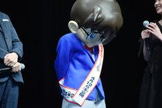 山崎和佳奈の「ねえ。私たち付き合ってるんでしょ、新一?」のセリフに照れた表情を見せる江戸川コナン。