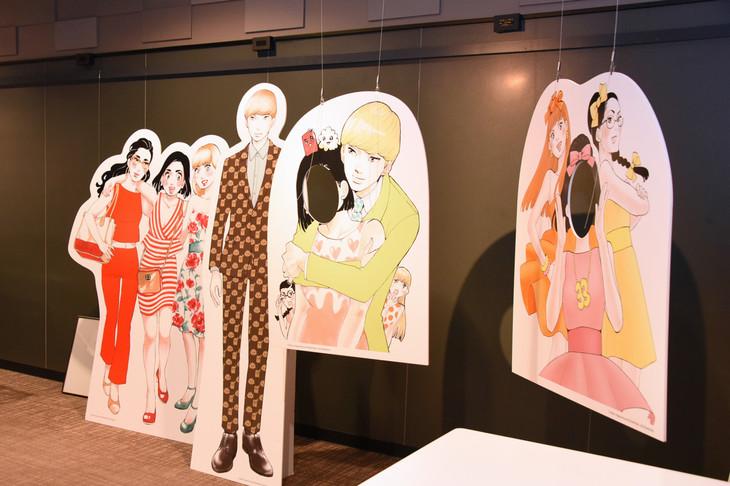 「東京タラレバ娘展」の様子。