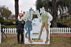 「BEASTARS」のレゴシと、このコラボのために描き下ろしたホワイトタイガーのパネルの横に立つ板垣巴留。