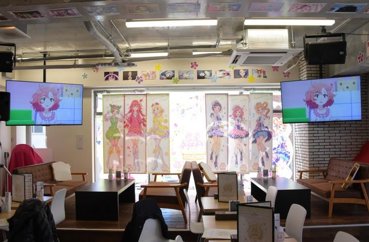 「プリティーオールフレンズ レインボー▽イースターカフェ」の様子。店内のモニターではTVアニメ「プリティーリズム・レインボーライブ」を期間中に全話上映する。