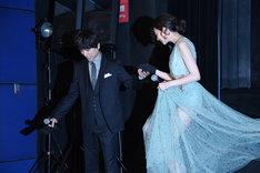 階段を降りる河北麻友子(右)をエスコートする山崎育三郎(左)。