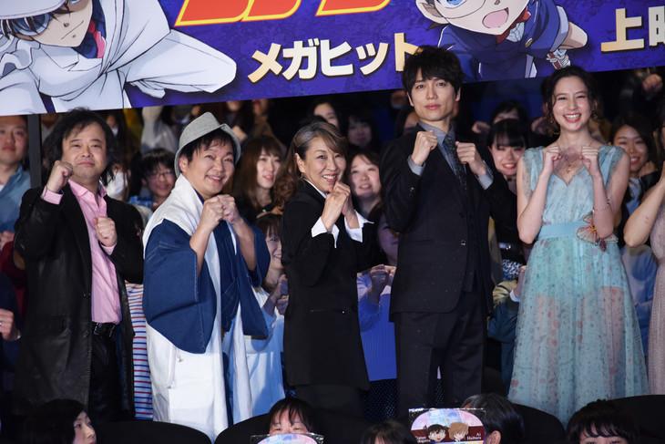 「名探偵コナン 紺青の拳」の公開記念舞台挨拶より。左から檜山修之、山口勝平、高山みなみ、山崎育三郎、河北麻友子。