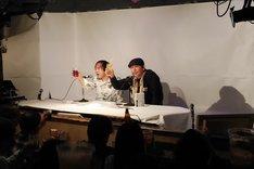 来場者と乾杯する寺田克也(右)、祖父江慎(左)。