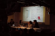 左から2番目が藤井瑶。スクリーンに写っているのが「造本プラン」。