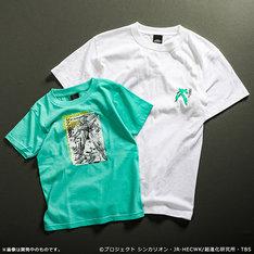左からキッズ用Tシャツ、大人用Tシャツ。