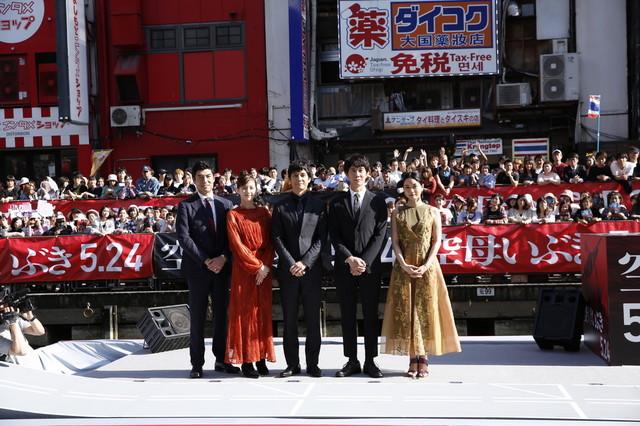 映画「空母いぶき」の船上イベントの様子。左から高嶋政宏、本田翼、西島秀俊、佐々木蔵之介、深川麻衣。