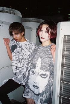 伊藤潤二「うずまき」モチーフにしたグッズの着用例。