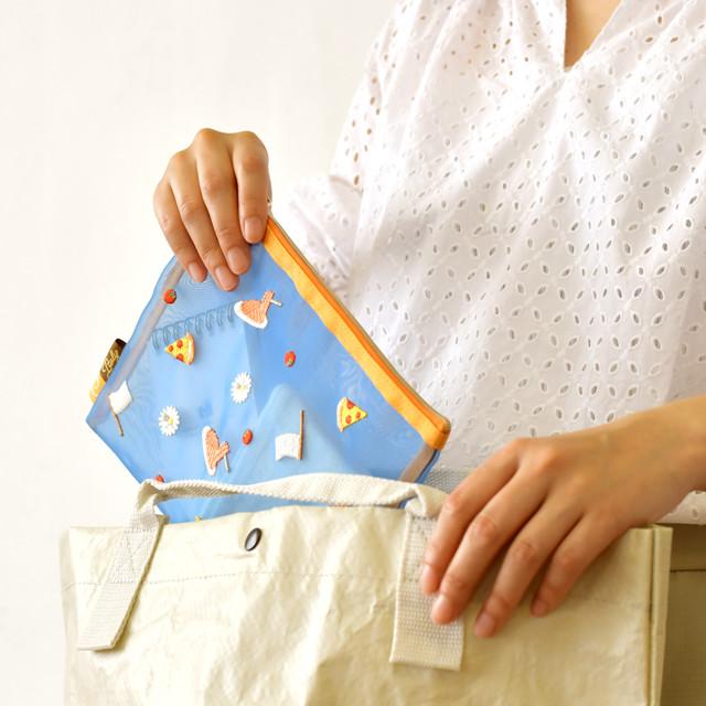 イタリアの刺繍メッシュポーチの使用イメージ。