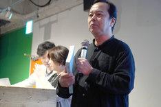 台本の分厚さを紹介する諏訪道彦プロデューサー。