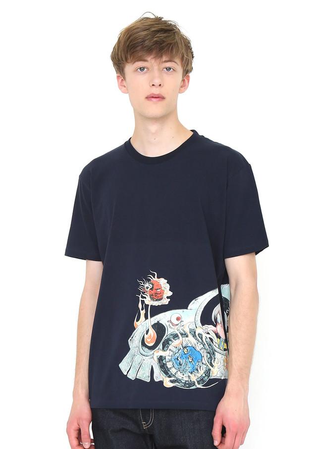 Tシャツ「妖怪自動車」の着用例。