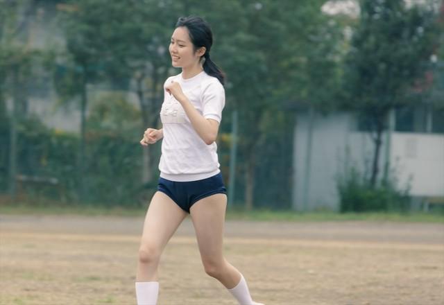 映画「惡の華」より、秋田汐梨扮する佐伯奈々子のブルマ姿を捉えた場面写真。