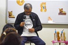 Tシャツに用いられたマイケルのイラストが、どのシーンかを思い出そうとする小林まこと。