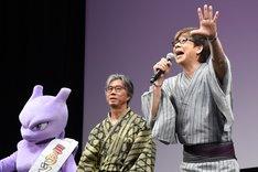 会場に向かって「おーはー!」と呼びかける山寺宏一(右)。