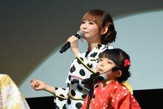 主題歌「風といっしょに」を披露する中川翔子。