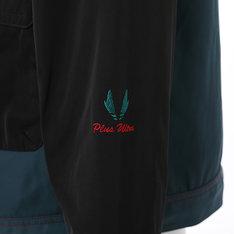 「緑谷出久モデル マウンテンパーカー」左袖のマークと「Plus Ultra」の刺繍。