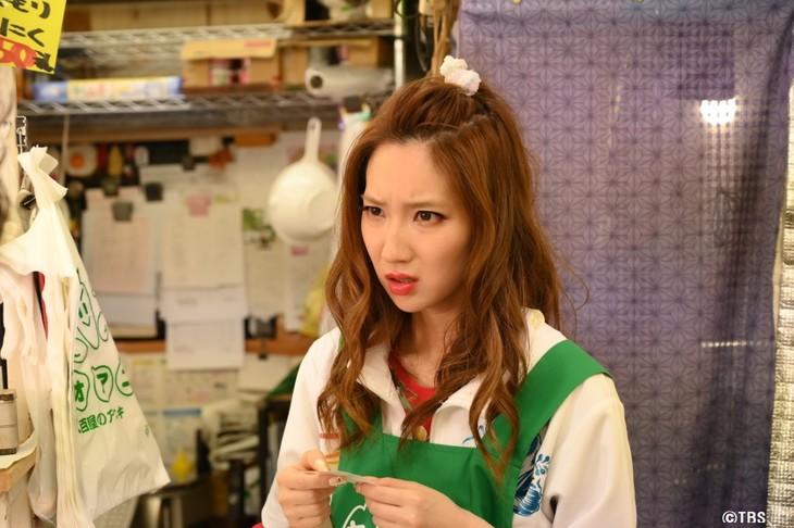 第1話で激安スーパー「ヤオアニ」の店員を演じるファーストサマーウイカ。(c)TBS