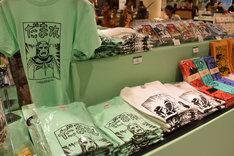 物販コーナーには横山光輝「三国志」のイラストを使用したグッズも並ぶ。