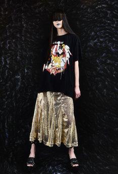 丸尾作品とファッションブランド・MEEWEEによるコラボアイテムの着用イメージ。
