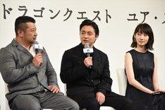 左からケンドーコバヤシ、山田孝之、波瑠。