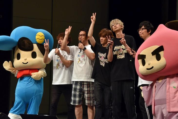 左から松田名作、那須晃行(なすなかにし)、中西茂樹(なすなかにし)、小野賢章、江口拓也、新海岳人監督、スウィーツ。