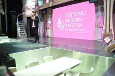 ショーレストランでは、ステージと客席の距離が近い。