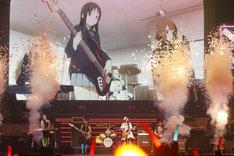 パフォーマンスを披露する放課後ティータイム。左から寿美菜子、日笠陽子、佐藤聡美、豊崎愛生、竹達彩奈。