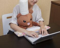 「PCクッション こぐまのケーキ屋さん」の使用イメージ。