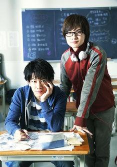 左から真城最高に扮した佐藤健と、高田秋人に扮した神木隆之介。(c)2015映画「バクマン。」製作委員会