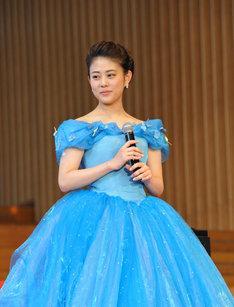 青いドレスを身にまとった、高畑。
