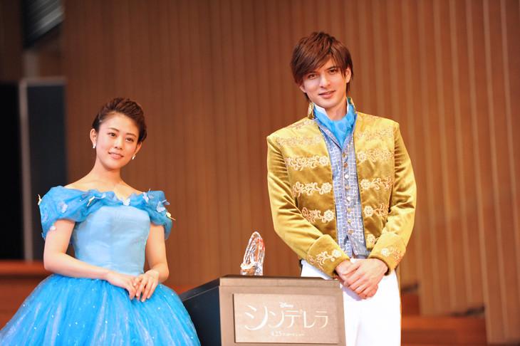 左から、シンデレラ役の高畑充希、王子役の城田優。