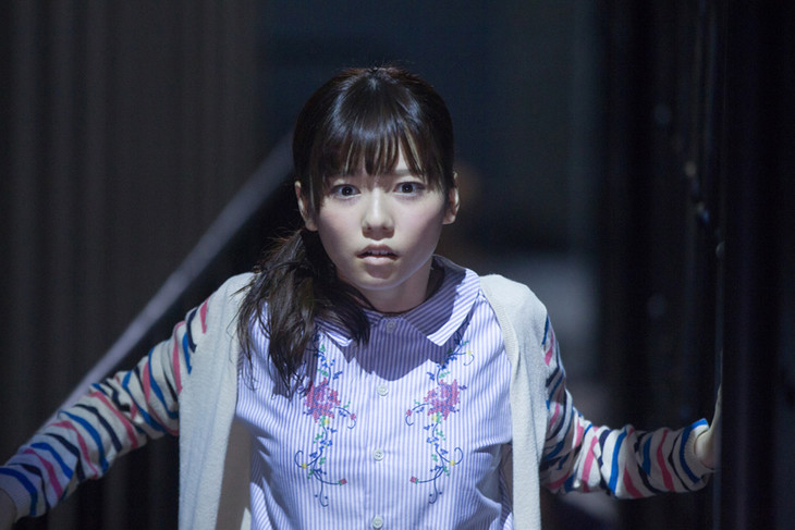 映画「劇場霊」より、おびえる島崎遥香。(c)2015『劇場霊』製作委員会