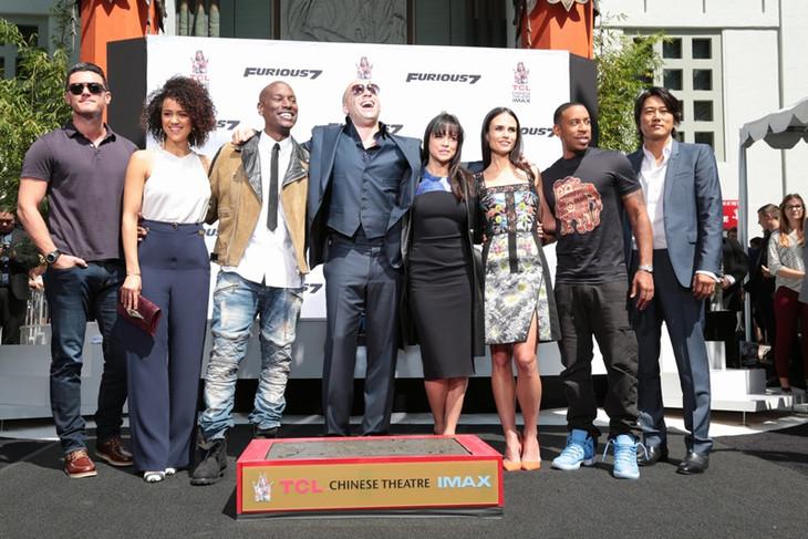 ヴィン・ディーゼルの栄誉を祝して集まった「ワイルド・スピード」メンバー。(c)2014 Universal Pictures