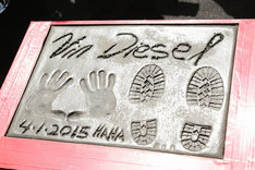 ヴィン・ディーゼルの手形と足形。(c)2014 Universal Pictures