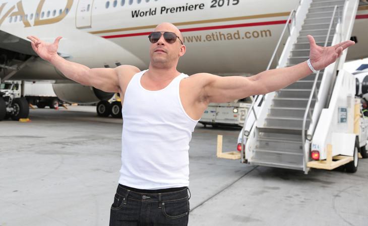 ムキムキの筋肉を披露するヴィン・ディーゼル。(c)2014 Universal Pictures