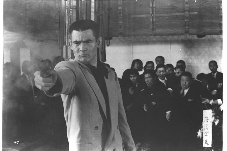 「仁義なき戦い」のラストシーンより、銃を構える菅原文太。(c)東映