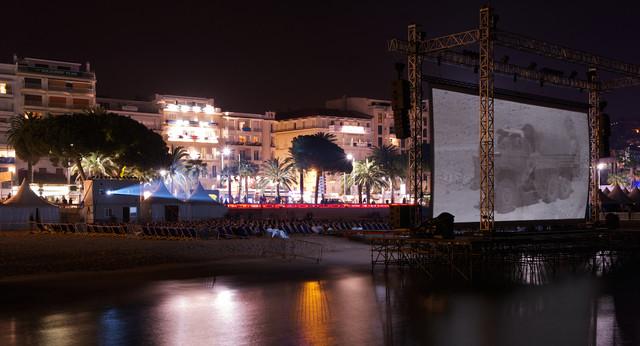 カンヌビーチに設置された大型スクリーン。(c)Festival de Cannes - Tous droits réservés