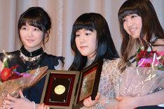 左から東京女子流の山邊未夢、監督の山戸結希、東京女子流の新井ひとみ。
