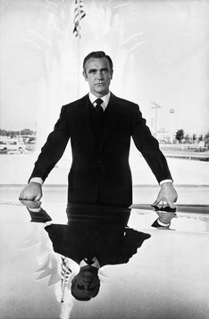 "ショーン・コネリー ""Sean Connery poses in Las Vegas during shooting of Diamonds Are Forever, 1971"" (c)Terry O'Neill"