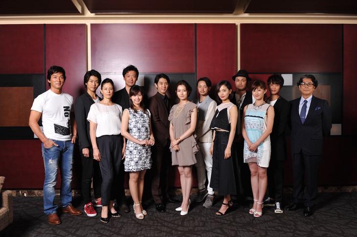 「ハッピーランディング」で製作総指揮を務めた長嶋一茂(左端)とキャストたち。