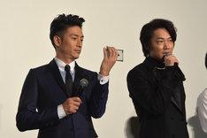 綾野剛が真面目に話す横で、自撮りをはじめる伊勢谷友介。