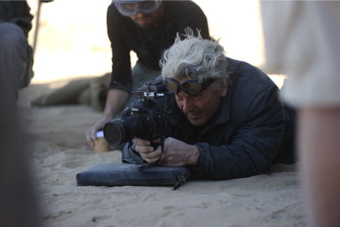 撮影現場でカメラを構えるジョージ・ミラー。(c)2015 VILLAGE ROADSHOW FILMS (BVI) LIMITED