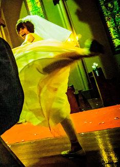 「リアル鬼ごっこ」より、回し蹴りをする篠田麻里子。(c)2015「リアル鬼ごっこ」学級委員会
