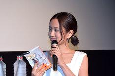 映画トークに花を咲かせる前田敦子。