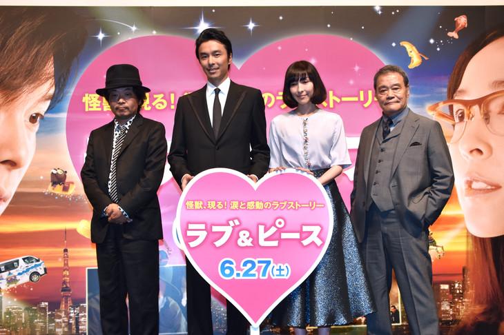 「ラブ&ピース」ジャパンプレミアにて、左から園子温、長谷川博己、麻生久美子、西田敏行。