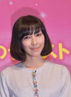 客席に笑顔を向ける麻生久美子。