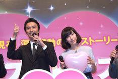観客の写真撮影に応じる長谷川博己と麻生久美子。
